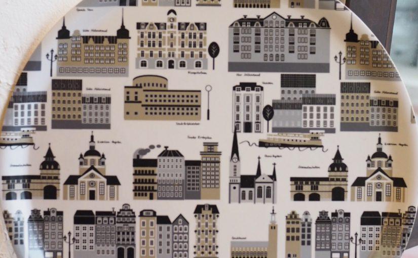 ストックホルムの街並みが描かれたトレイ
