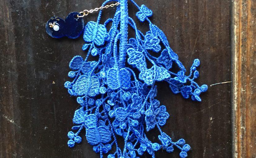 華やかなブルーのピアス